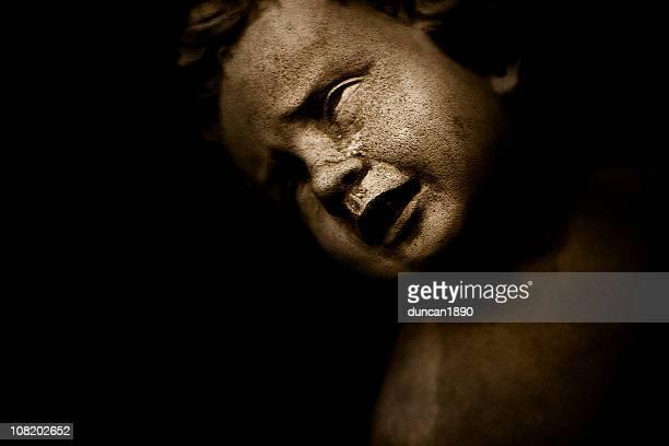 Porträt von Weinen Stone Kind-Statue, Low-Key