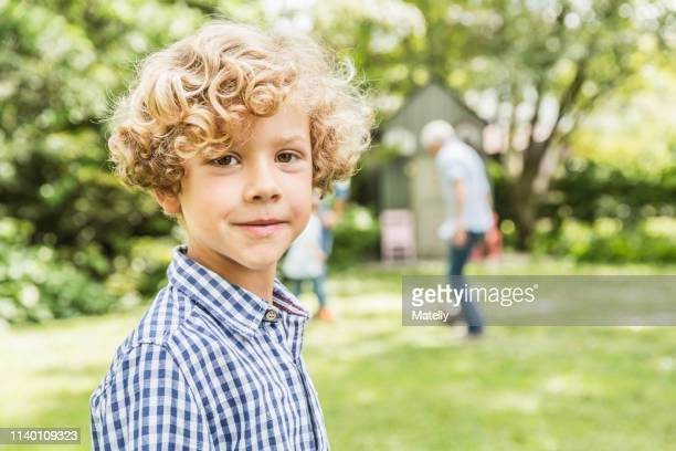 portrait of cute boy in garden - 6 7 jaar stockfoto's en -beelden