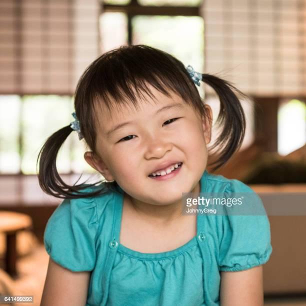 笑みを浮かべておさげ髪のかわいい日本の女の子の肖像画