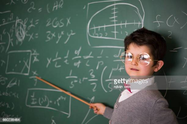 Portrait de mignon petit génie à l'école