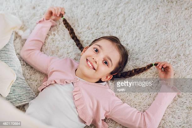 Retrato de linda niña con mallas.