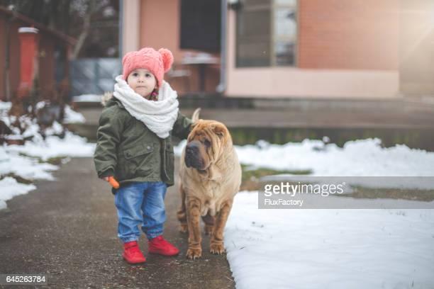 Portret van schattige kleuter meisje en haar hond shar pei