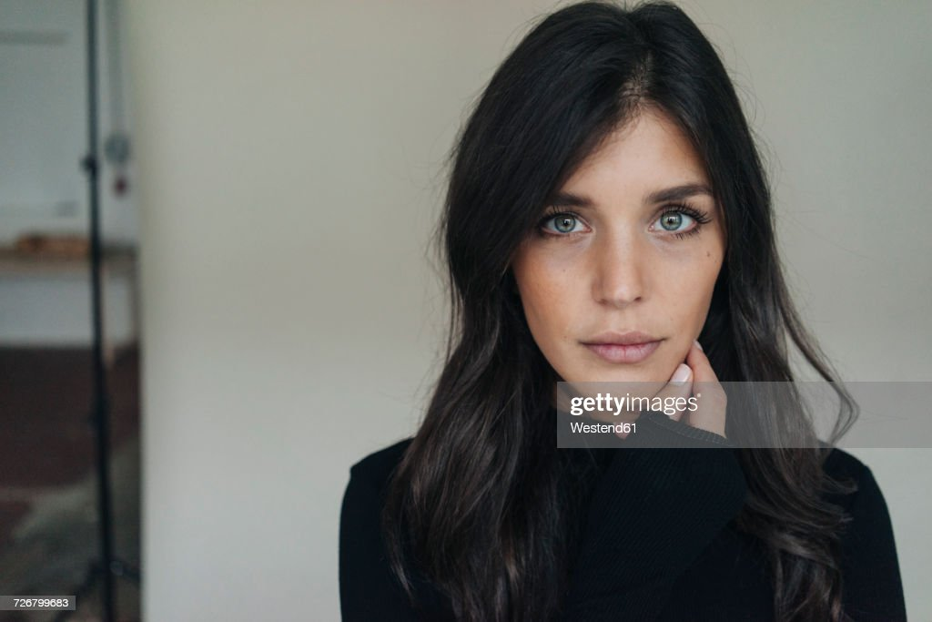 Portrait of dark-haired young woman : Stock-Foto