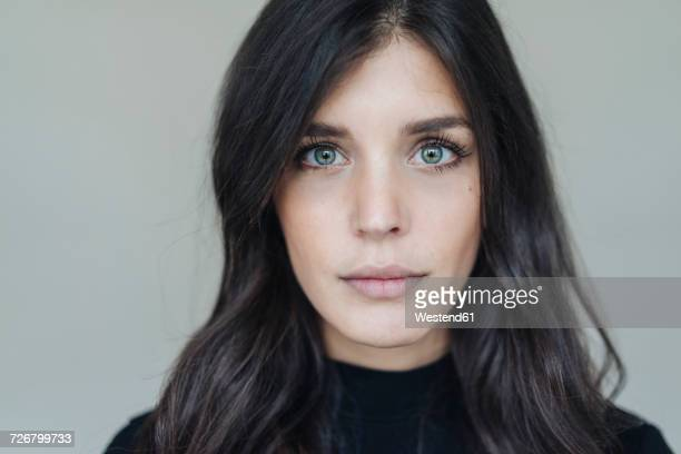 portrait of dark-haired young woman - titta mot kameran bildbanksfoton och bilder