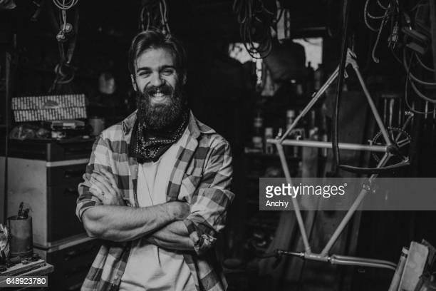 Porträt von begeistert junge Hipster in der Garage. Schwarz / weiß Foto