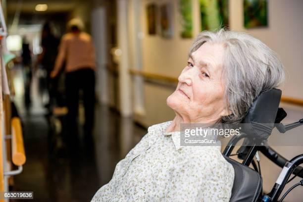 portret van gehandicapte senior vrouw - breekbaarheid stockfoto's en -beelden