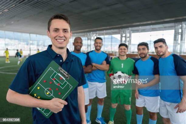 retrato de diversa futsal masculino equipe todos olhando para a câmera sorrindo - treinador - fotografias e filmes do acervo