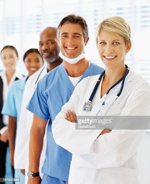 retrato dos médicos em pé em uma linha - vertical imagens e fotografias de stock