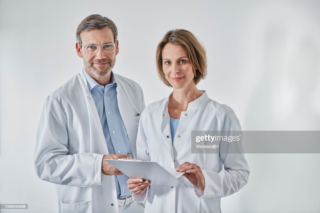 Portrait of doctors with anamnesis questionnaire : Stock-Foto