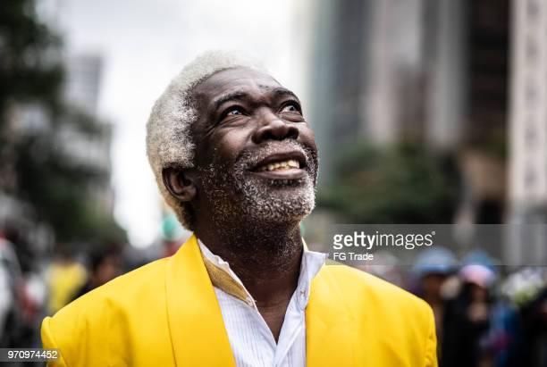 portret van dreamer senior man bij city - afro amerikaanse etniciteit stockfoto's en -beelden