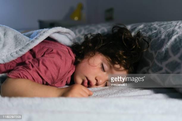 portrait of dreaming little girl - dormir imagens e fotografias de stock