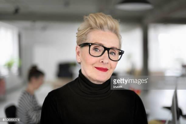 Portrait de l'élégante femme d'affaires senior dans le studio