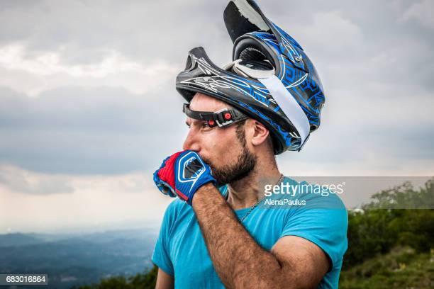 エンデューロすべてマウンテン - ビューで探しています - バイク ヘルメットを脱いだの肖像画 - オートバイ競技 ストックフォトと画像