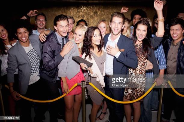 Porträt von begeisterten Zuschauer warten in der Schlange vor Nachtclub