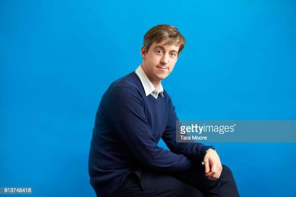 portrait of entrepreneur - fondo azul fotografías e imágenes de stock