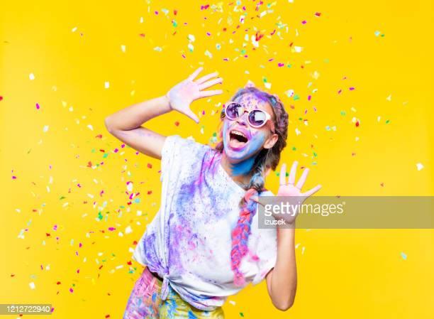 porträt von aufgeregten teenager-mädchen auf holi-farbfestival - izusek stock-fotos und bilder