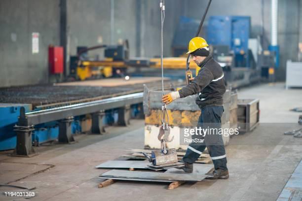 工場労働者の肖像 - 吊り上げる ストックフォトと画像
