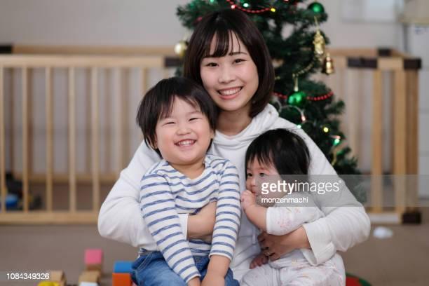 クリスマスに家族の肖像画 - 専業主婦 ストックフォトと画像