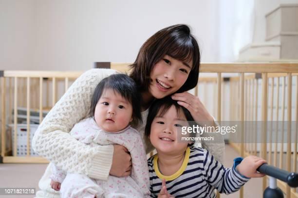 自宅で家族の肖像 - 専業主婦 ストックフォトと画像