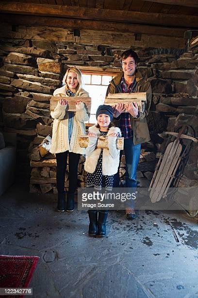 家族のポートレートで素朴なハウス保持ログ