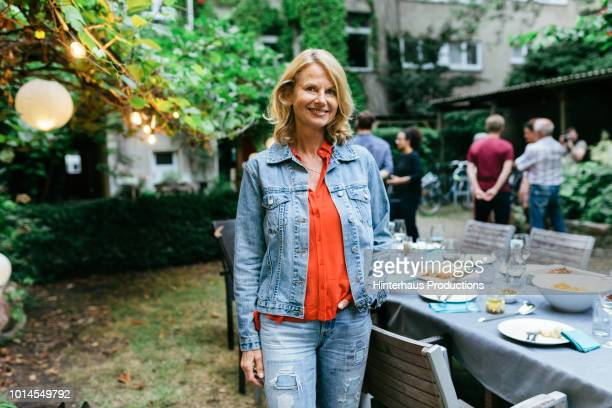 portrait of family member smiling after bbq meal outdoors - personne secondaire photos et images de collection