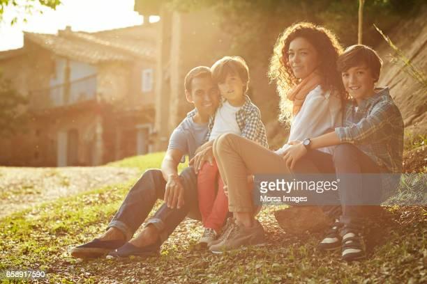 Porträt der Familie sitzen auf der Wiese im Garten