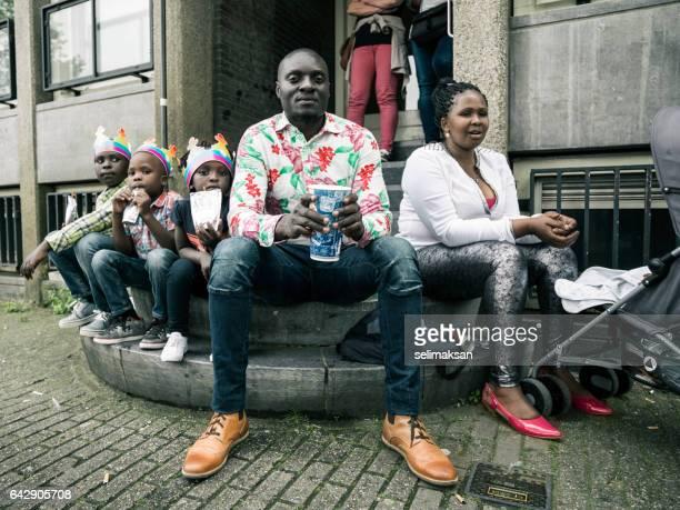 Portrait de famille, assis sur le trottoir à Amsterdam, Pays-Bas
