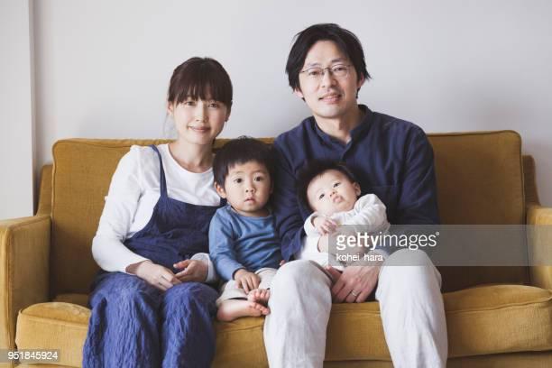ソファーに座って家族の肖像