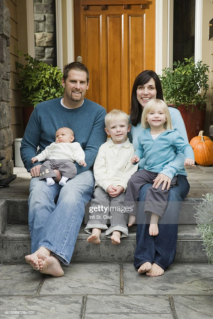 Portrait of family with children (2-4) and baby (2 months) on Front Steps of House : Stockfoto
