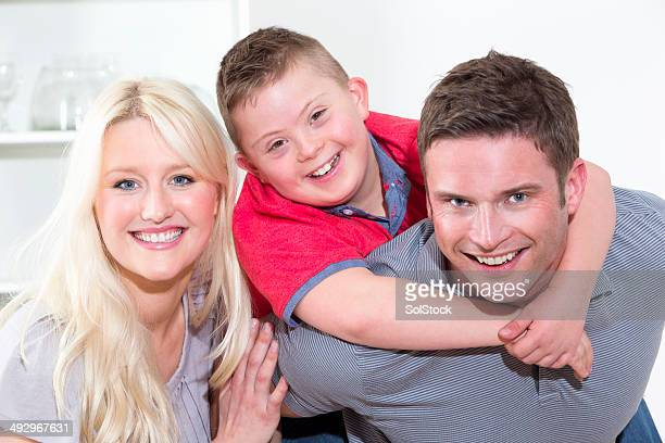 Porträt der Familie mit Sohn zu Hause mit Behinderungen