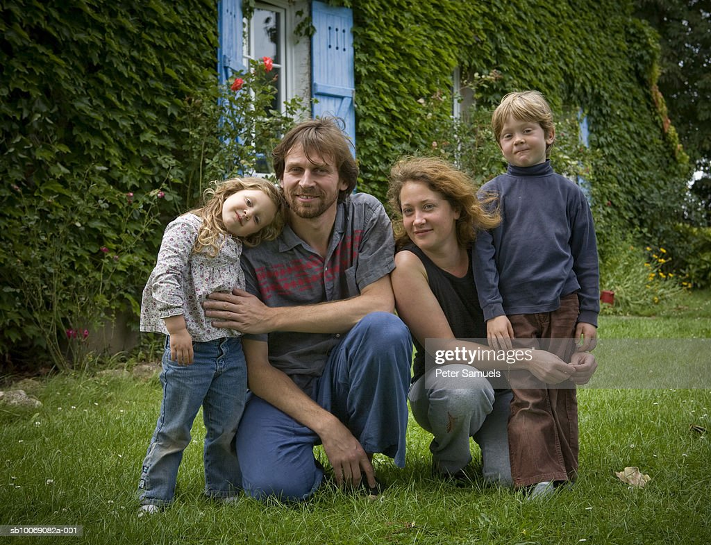 Portrait of family with two children (4-7) in front of house : Stockfoto