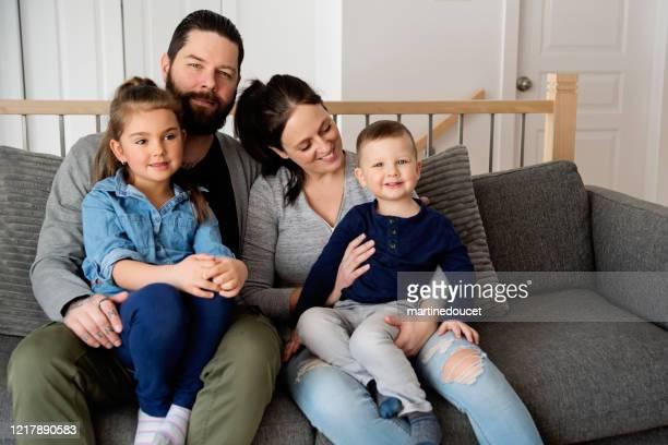 """retrato de família com crianças pequenas em casa. - """"martine doucet"""" or martinedoucet - fotografias e filmes do acervo"""