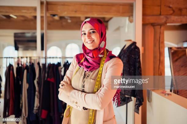 """porträt von modedesignerin muslimin in ihrem arbeitsbereich. - """"martine doucet"""" or martinedoucet stock-fotos und bilder"""