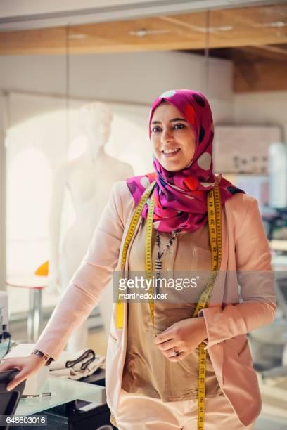 Porträtt av modedesigner muslimsk kvinna i hennes arbetsplats.