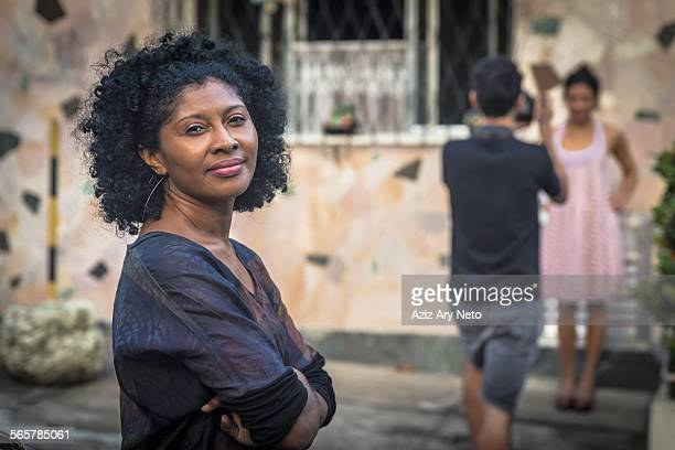 portrait of fashion shoot assistant smiling and looking at camera - afro stockfoto's en -beelden