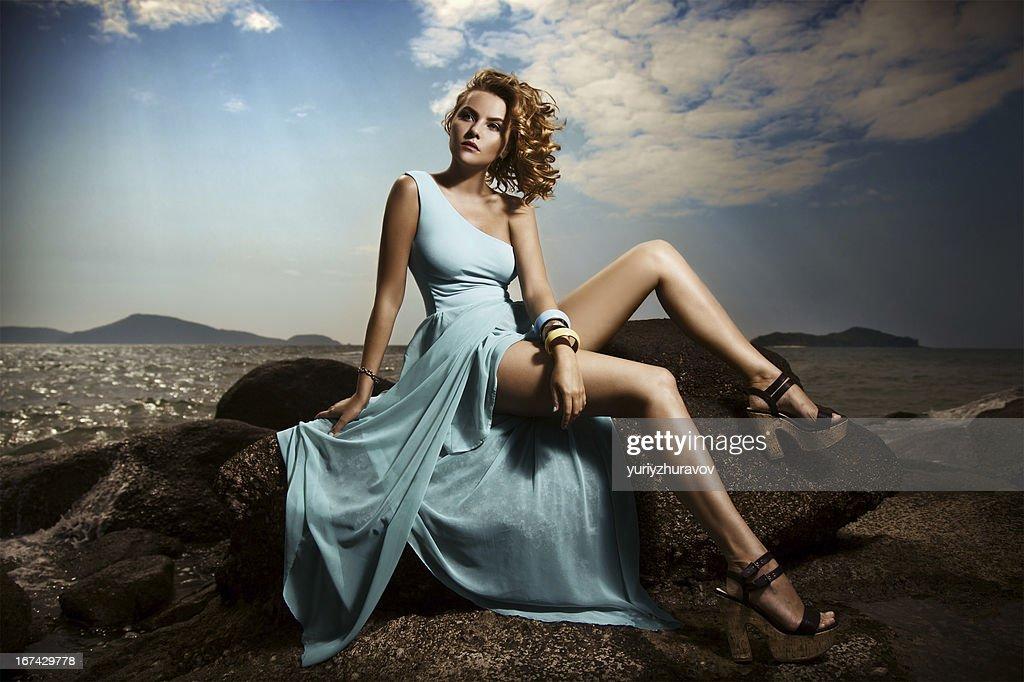 Porträt von Mode Frau im blauen Kleid im Freien : Stock-Foto