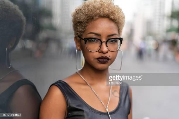 porträt der modebewussten frau bei city - blonde glasses stock-fotos und bilder