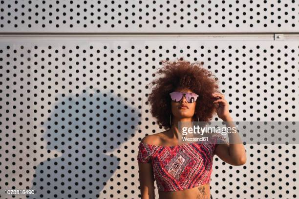 portrait of fashionable woman wearing mirrored sunglasses - atitude imagens e fotografias de stock