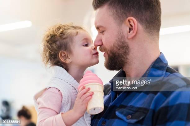 Porträt von Vater und Tochter in einem Kinder-Shop.