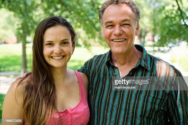 "retrato de padre e hija en un parque. - ""martine doucet"" or martinedoucet fotografías e imágenes de stock"