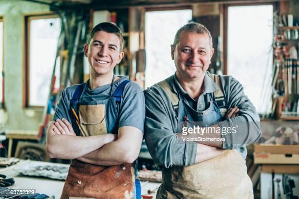 portret van vader en zoon timmerlieden - entrepreneur stockfoto's en -beelden