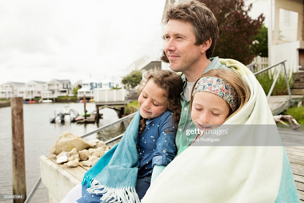 Portrait of father relaxing with daughters (6-7), (8-9) : Photo