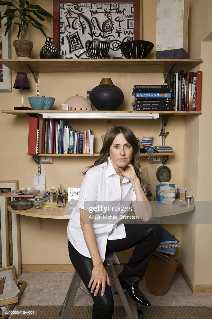 Portrait of female artist sitting at desk : Foto stock