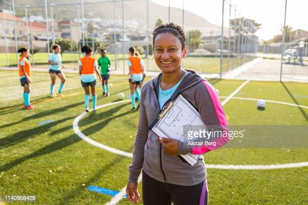 portrait of female coach at soccer team practice - entraîneur photos et images de collection