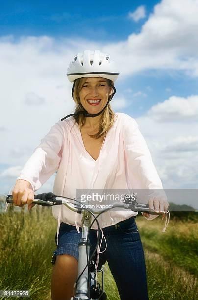 portrait of female cyclist - アマシャム ストックフォトと画像