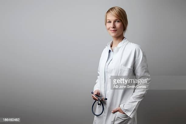 portrait of female doctor wearing white coat - maryland staat stockfoto's en -beelden