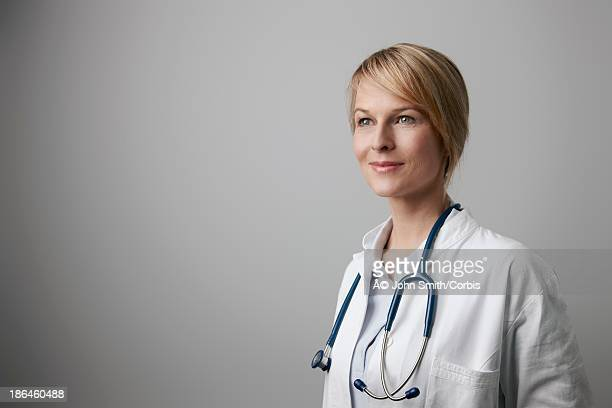 portrait of female doctor with stethoscope - distrarre lo sguardo foto e immagini stock