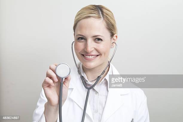 Retrato de mujer médico con un estetoscopio