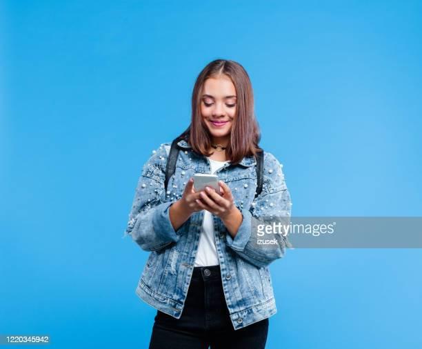 ritratto di studentessa delle scuole superiori che usa lo smartphone - bambine femmine foto e immagini stock
