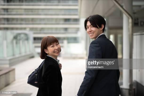 女性マネージャーと若いビジネスマンの肖像 - 営業職 ストックフォトと画像